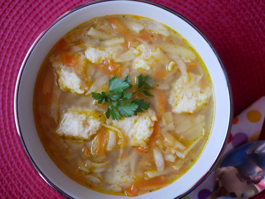 Lekka zupa jarzynowa  z serowymi kluseczkami